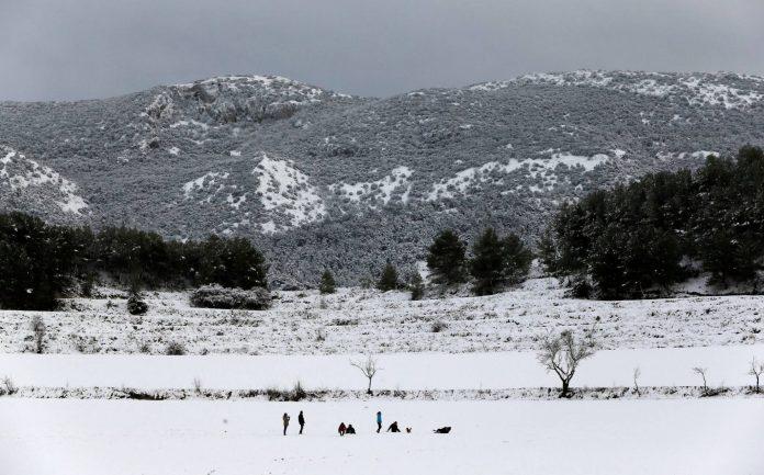Se abren al tráfico las dos carreteras que estaban cortadas por la nieve en Valencia y Alicante