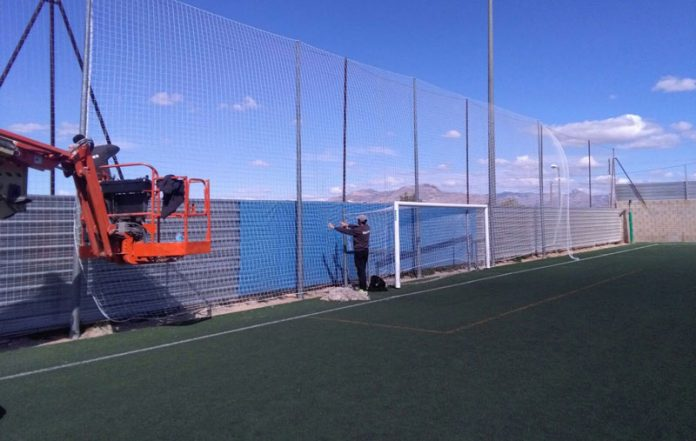 Aspe: Cambian las redes del campo de fútbol para que los balones no caigan al río