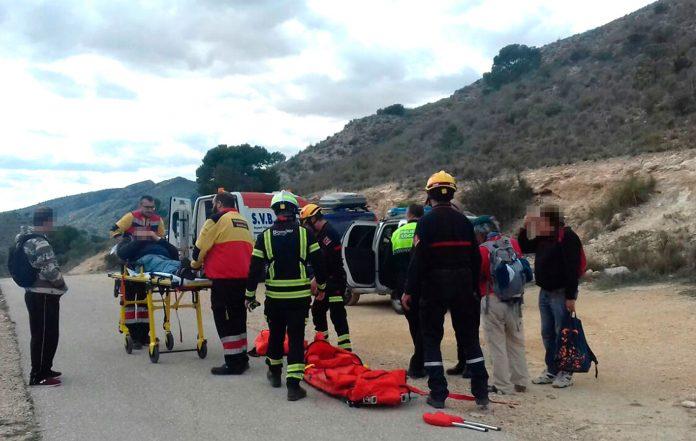 Policía Local y Bomberos rescatan a un hombre tras sufrir un accidente