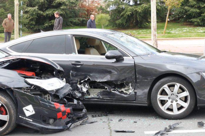 Espectacular colisión de dos coches junto al Tanatorio San Carlos