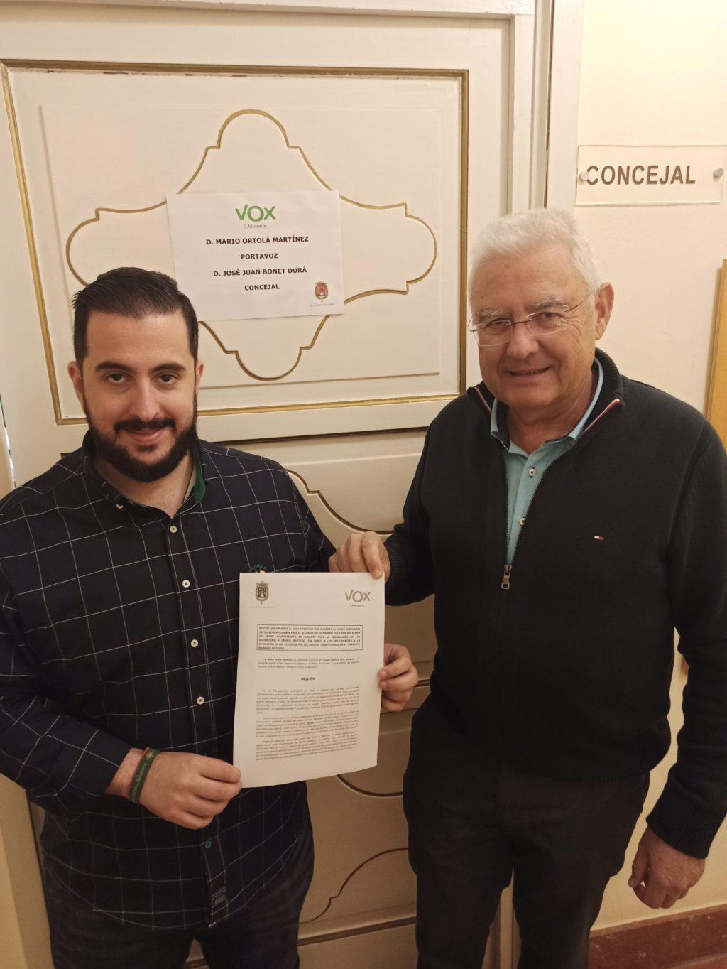 El Portavoz de VOX en Alicante, Mario Ortolá y el concejal Juan José Bonet han presentado este lunes en registro una moción para el Pleno ordinario del próximo 28 de noviembre