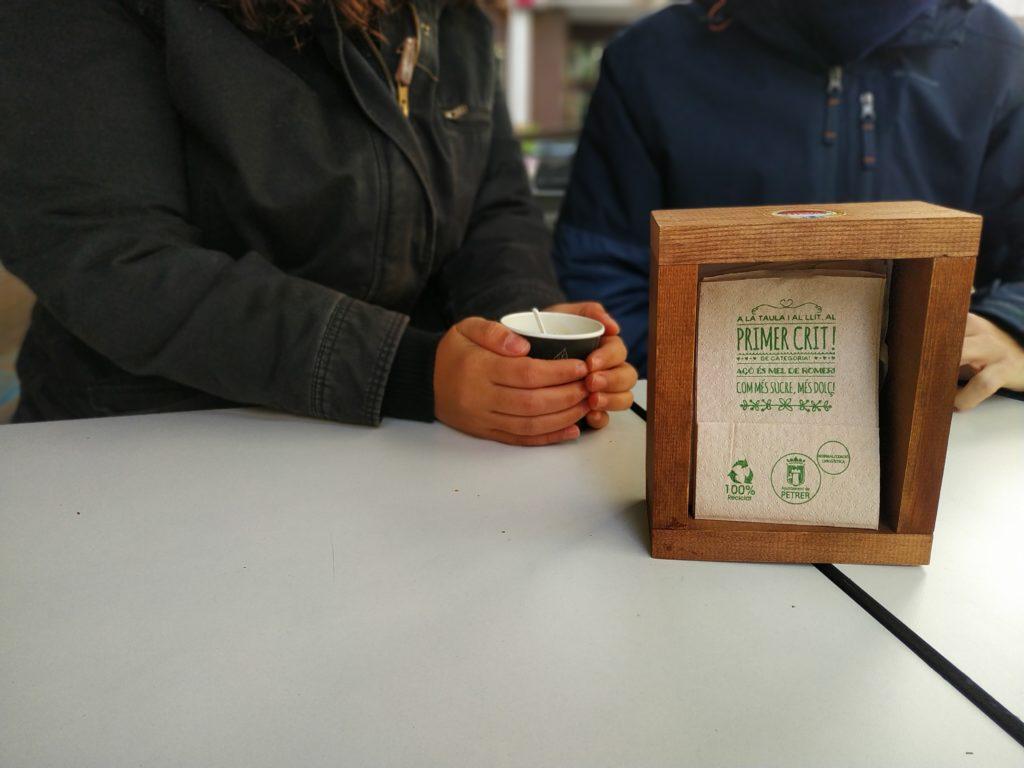 Petrer fomenta el valenciano en bares y restaurantes Normalización Lingüística reparte 180.000 servilletas de papel reciclado con mensajes en valenciano en más de 45 bares y restaurantes