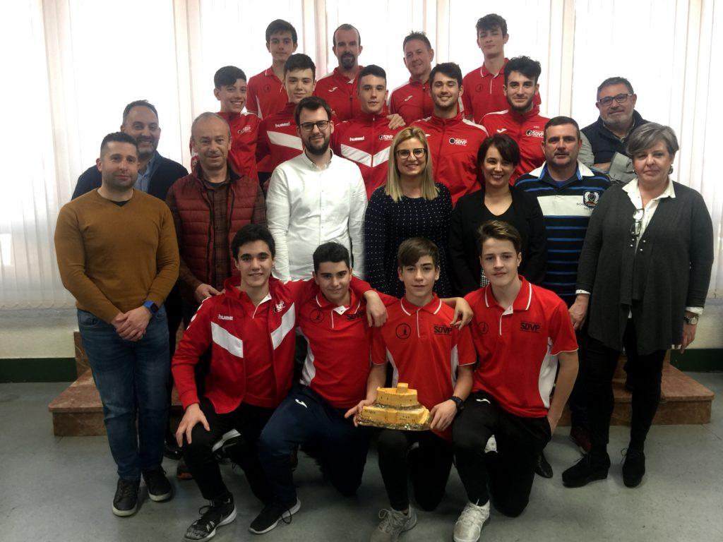 La alcaldesa de Petrer y la concejala de Deportes reciben al equipo cadete masculino del Santo Domingo Voleibol Petrer tras su reciente victoria en la Copa de España