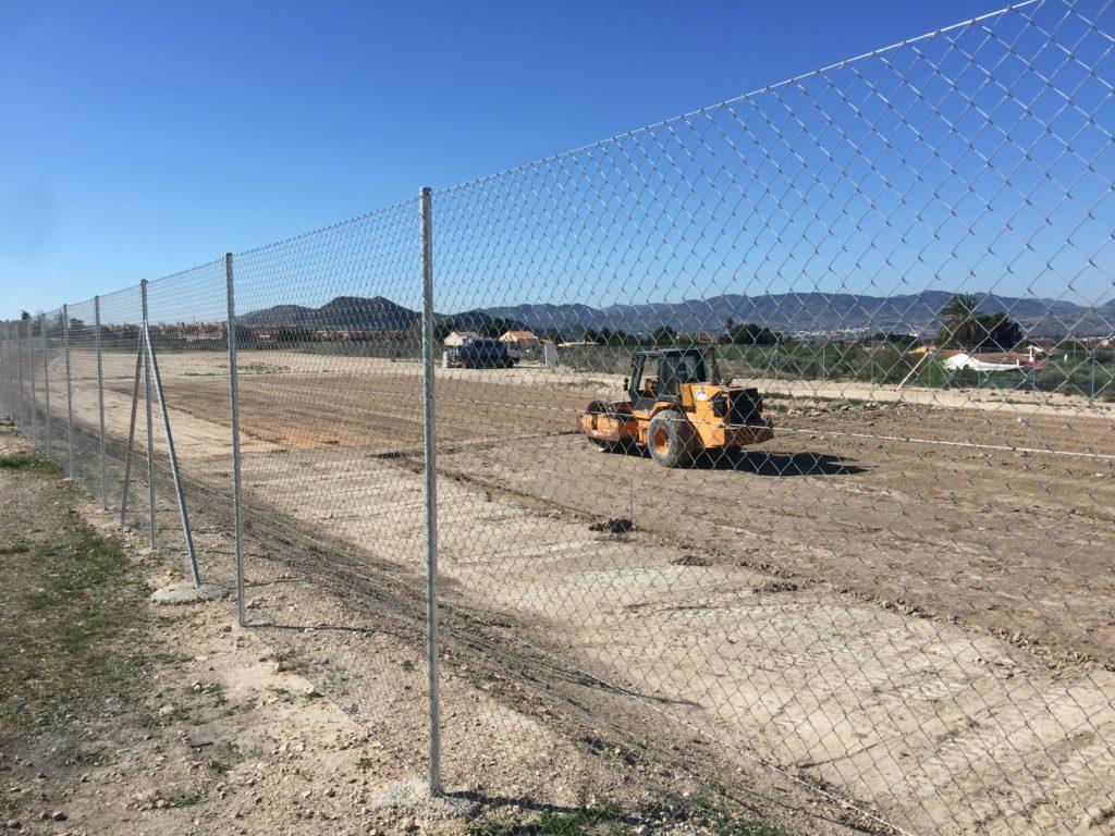 Comienzan las obras de las dos pistas deportivas en la zona donde se ubicará provisionalmente el Azorín