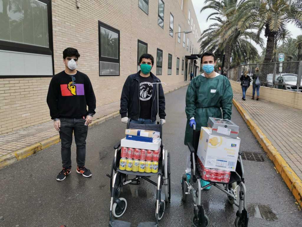 La agrupación del Frente Obrero en Elche realiza una donación de alimentos a los sanitarios del Hospital General de Elche