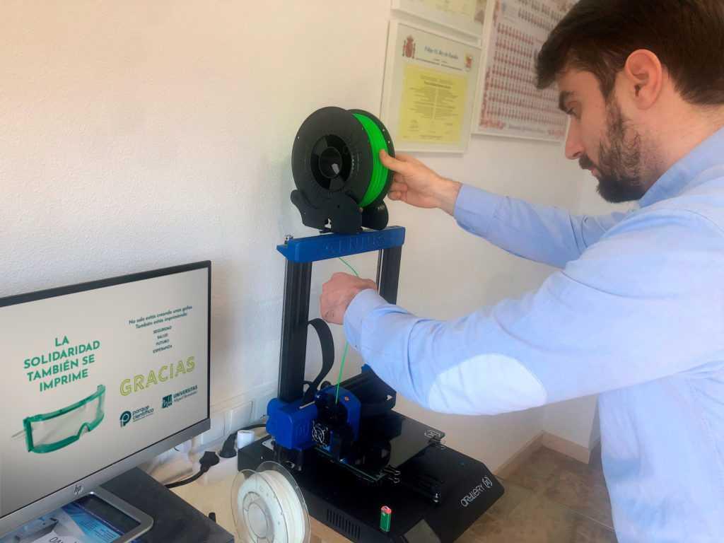 La solidaridad también se imprime: el Parque Científico de la UMH inicia la fabricación de gafas de protección antibacteriana con impresoras 3D