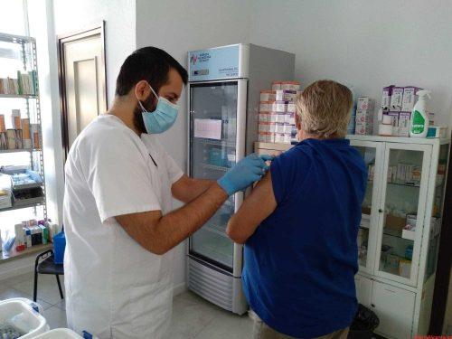 Mil personas se vacunan de la gripe en los centros de salud del departamento del Hospital General de Elche el primer día de campaña