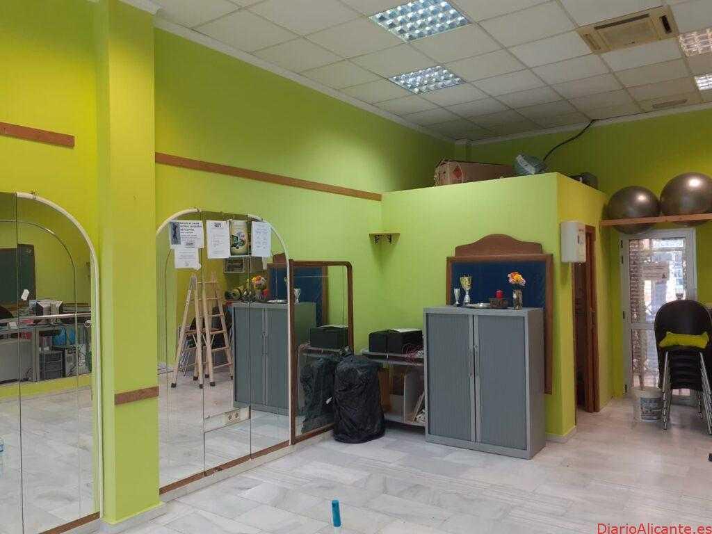 La concejalía de Servicios Técnicos lleva a cabo el arreglo de la sala municipal de la Cala