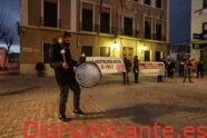 """Unas 200 personas se manifiestan en Elda para reclamar la apertura de la hostelería: """"nos están quitando el pan""""."""