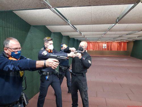Policía Local de la Vila lleva a cabo una formación de prácticas estáticas y en movimiento de tiro policial, seguridad y estrategias de trabajo