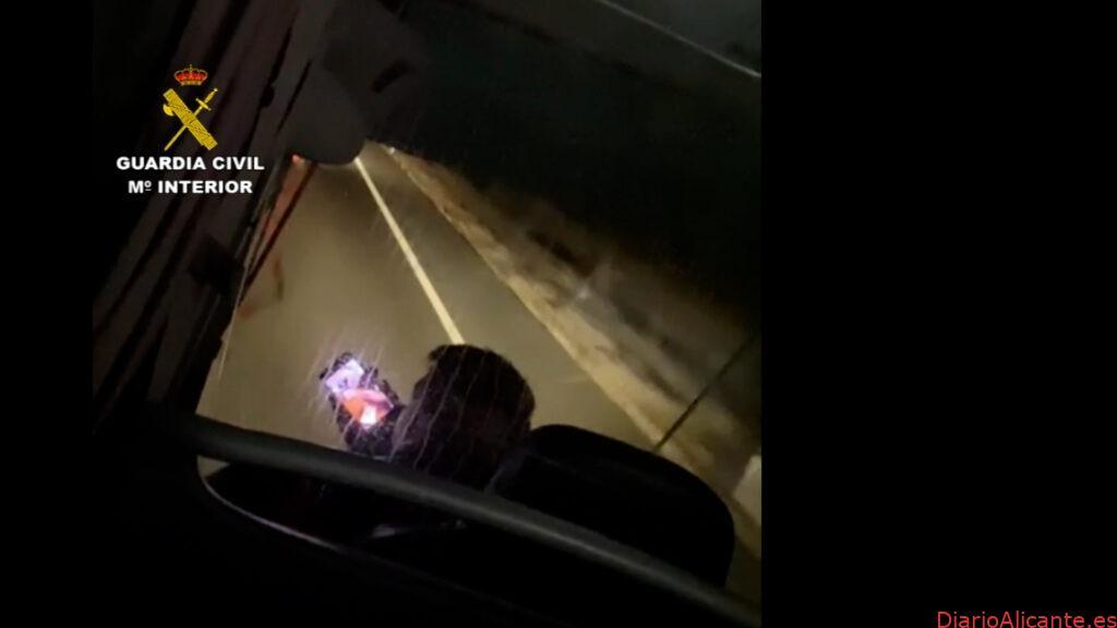La Guardia Civil investiga al conductor de un autobús que recorrió más de 33 kilómetros haciendo uso de su teléfono móvil