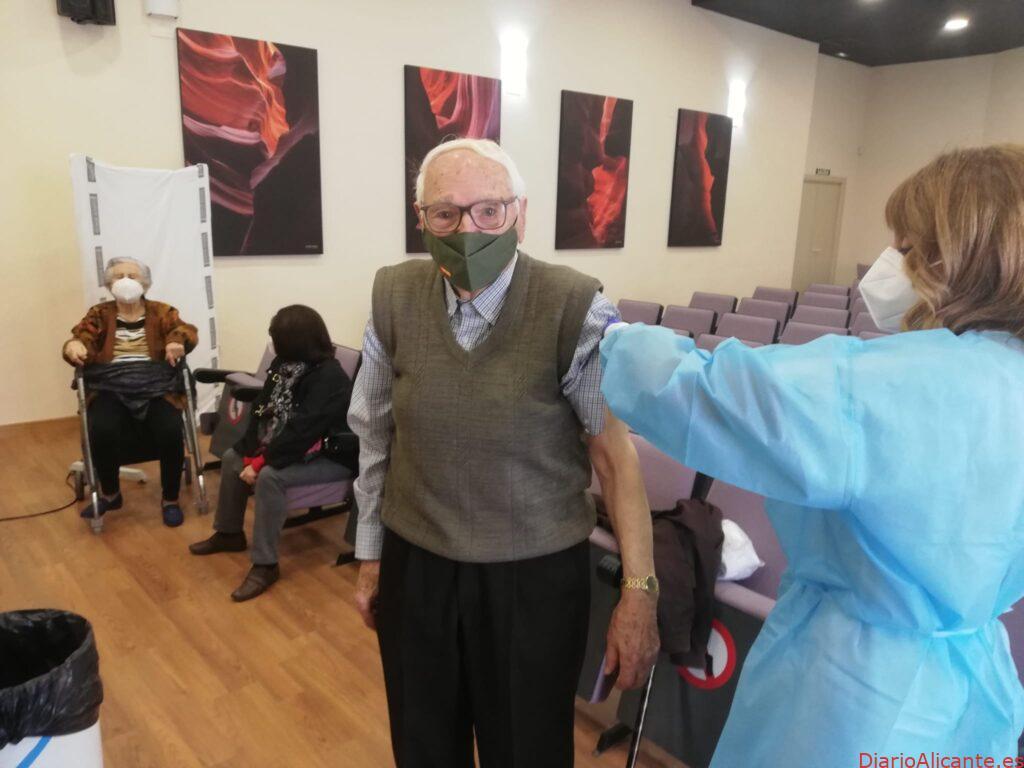 Comienza la vacunación contra la covid de las personas mayores de 90 años del Departamento de Salud del Hospital General Universitario de Elche
