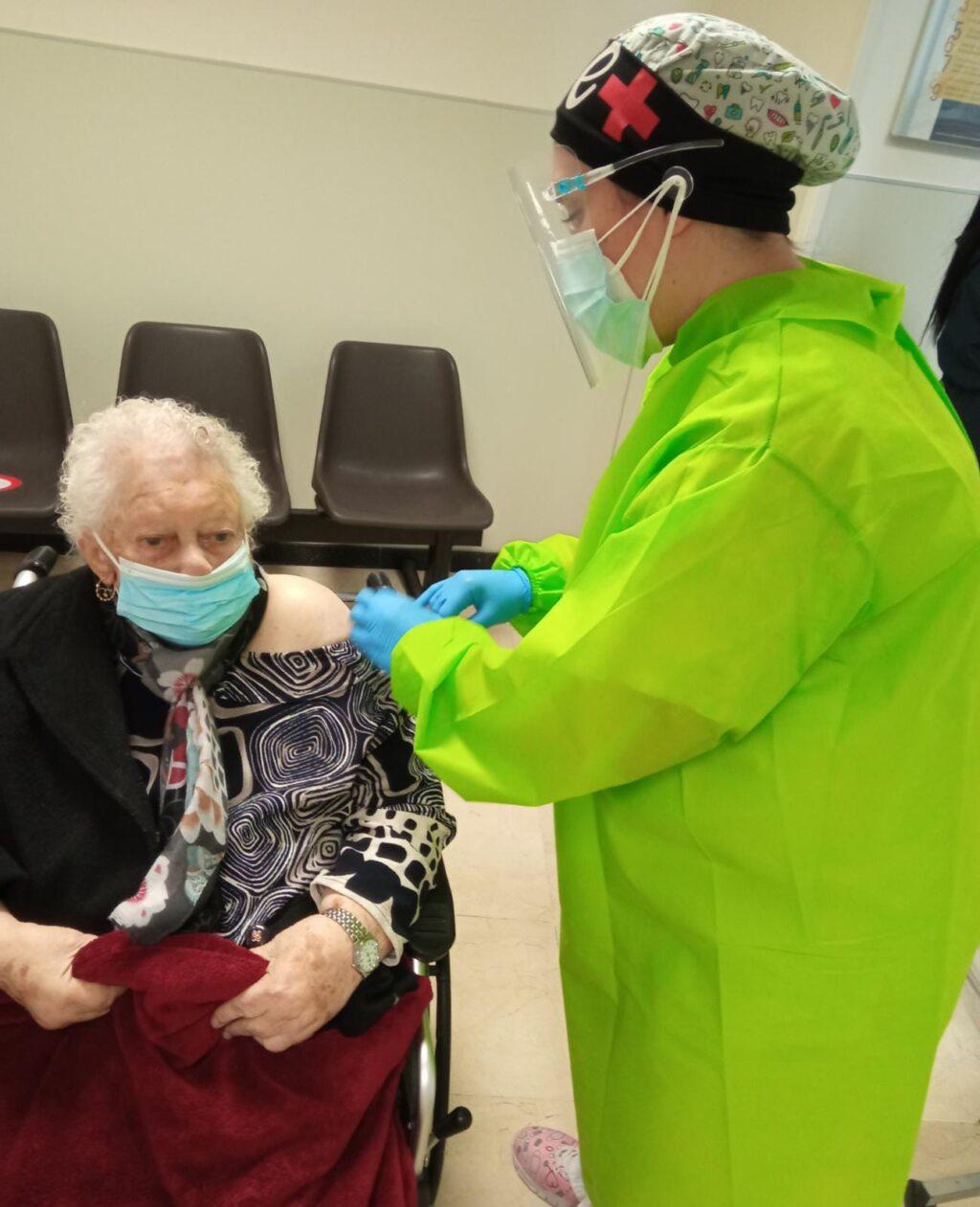 Ya ha comenzado la vacunación contra la covid de las personas mayores de 80 años