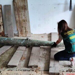 La Guardia Civil recupera un cañón de bronce del Siglo XVI expoliado hace dos semanas en Punta de Espiñeirido (A Coruña)
