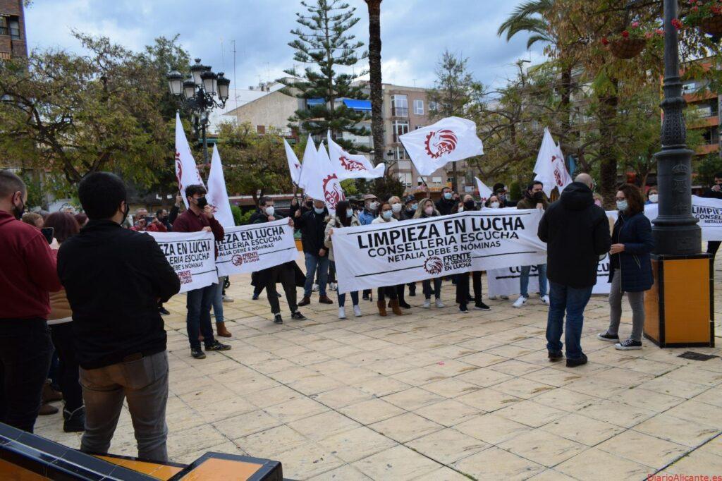 LAS TRABAJADORAS DE LA RESIDENCIA DE TORREVIEJA SE VUELVEN A CONCENTRAR