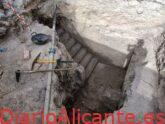 Las excavaciones sacan a la luz la entrada y las escaleras del refugio antiaéreo de la plaza de Baix